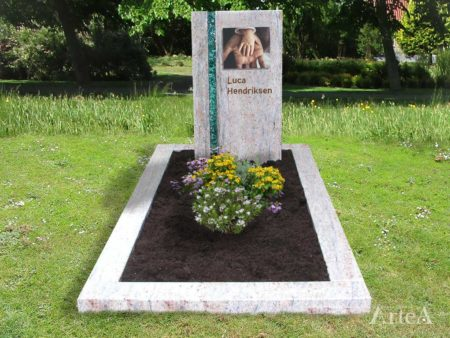 Modern grafmonument met glasstrook